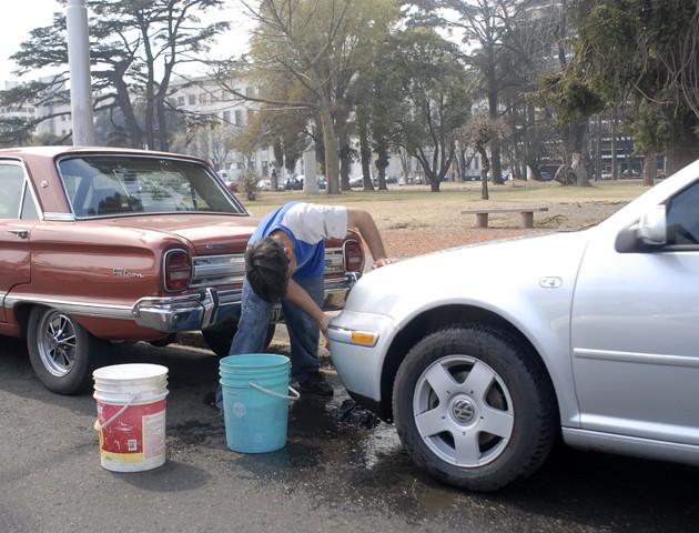 Piden prohibir el lavado de vehículos en la Vía Publica
