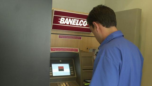 Los bancos podrían desprenderse de Visa y Banelco