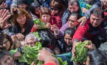 Horticultores regalaron verduras y Buryaile pidió que vendan