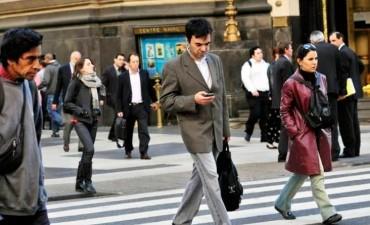 Proyecto legislativo busca sancionar a quienes crucen la calle usando el celular