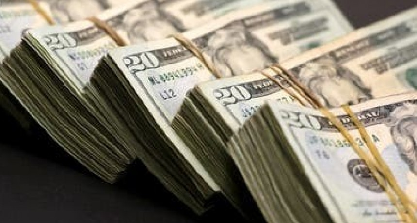 Los argentinos sacaron casi 10.000 millones de dólares de los bancos en un mes