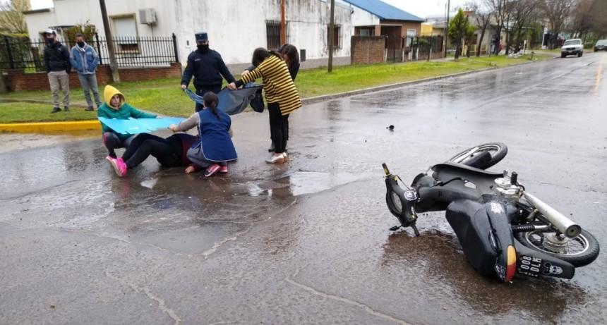 Accidente de transito entre un automóvil y una moto.