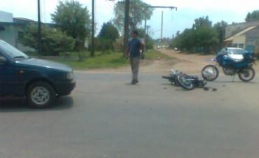 Jóven con lesiones en un accidente de una moto con un auto