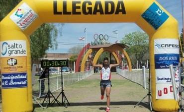 Nahuel Bordón ganó con pura potencia y velocidad la prueba Atlética Aniversario de Federal