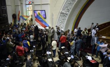 Venezuela: chavistas irrumpen por la fuerza en el Parlamento y opositores denuncian