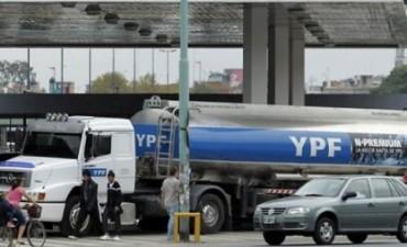 En las estaciones de YPF se podrá cargar nafta y dinero