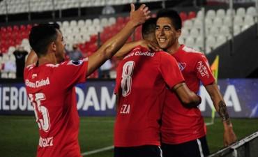 Independiente goleó en Paraguay y ya se siente en semifinales