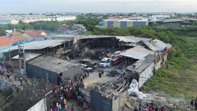 Estalló fábrica de cohetes en Indonesia: 47 muertos