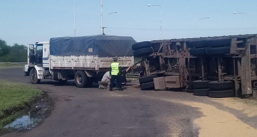 Siniestro vial con camión Scania cargado de arroz