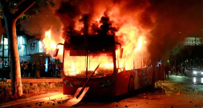 Furia en las calles de Chile por suba del boleto de subte: Confirman 11 muertos