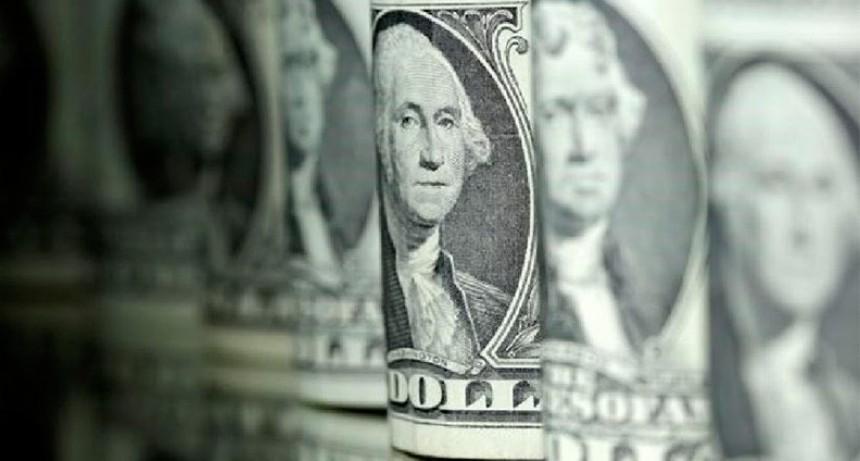 El dólar volvió a subir un peso y superó los $63: En el interior se vende a $69