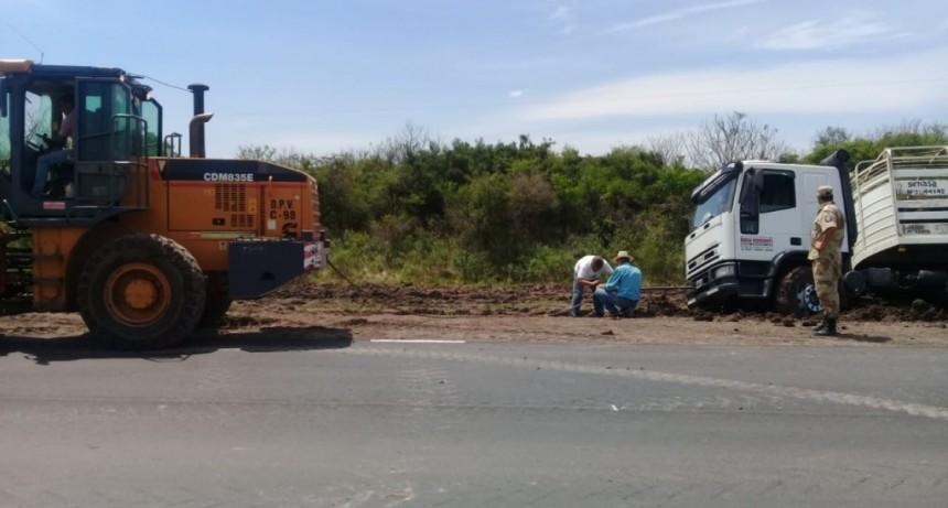 Camión despisto sobre Ruta N 22 en cercanías de la Comisaria Chañar