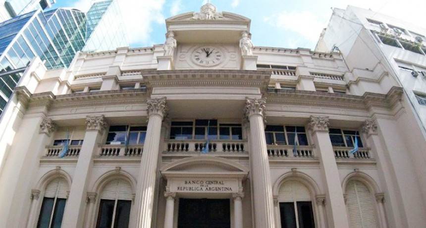 El Banco Central restringe monto para adelantos en efectivo en el exterior