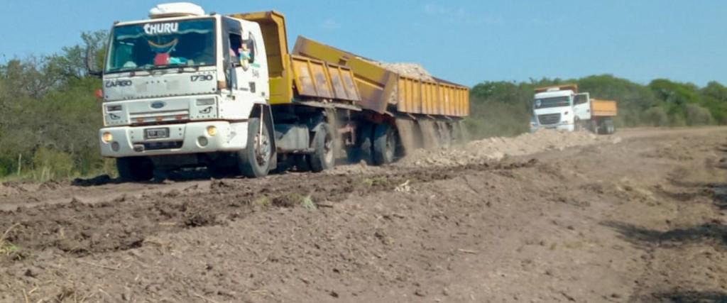 Trabajan en la reconstrucción de caminos de los departamentos Federal y Villaguay