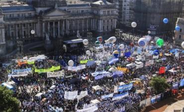 Multitudinaria movilización de la CGT al Congreso por la emergencia social