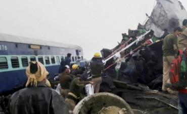 Descarriló un tren en la India: murieron 108 personas y hay más de 200 heridos