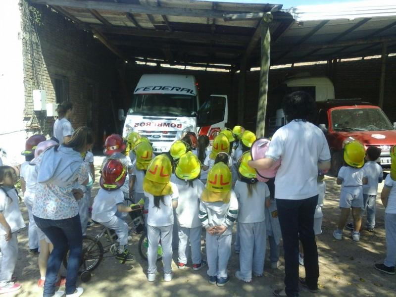 Alumnos de la escuela 52 visitaron el cuartel de bomberos voluntarios de Federal.