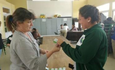 Municipio de Federal entregó carnets sanitarios a alumnos de la escuela agrotécnica.
