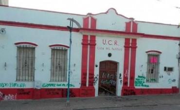 El gobierno provincial y la UCR repudiaron pintadas en la casa partidaria,