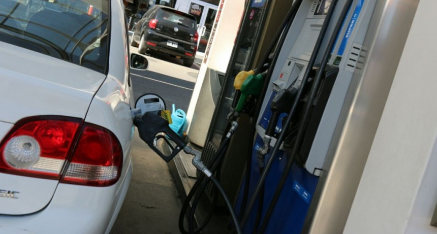 El petróleo sigue en baja, mientras las naftas suben en Argentina