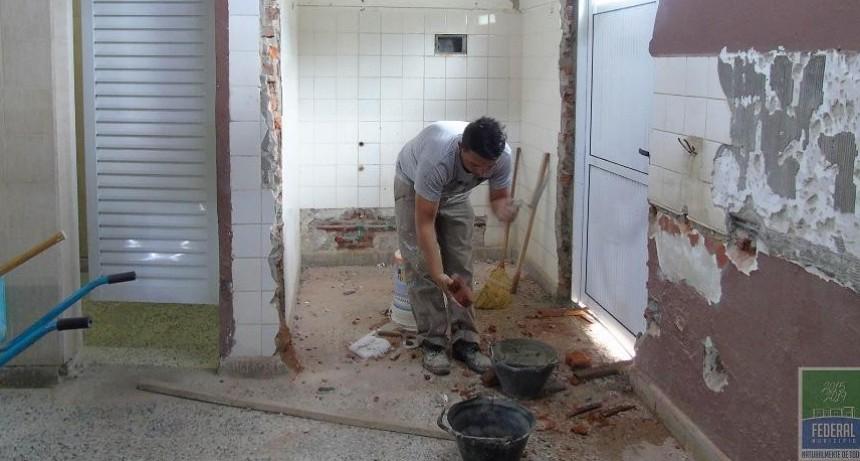 El municipio construye baños especiales en el complejo Polideportivo
