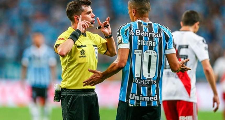 Andrés Cunha, el árbitro de la polémica con el VAR en Gremio-River que dirigirá la Superfinal
