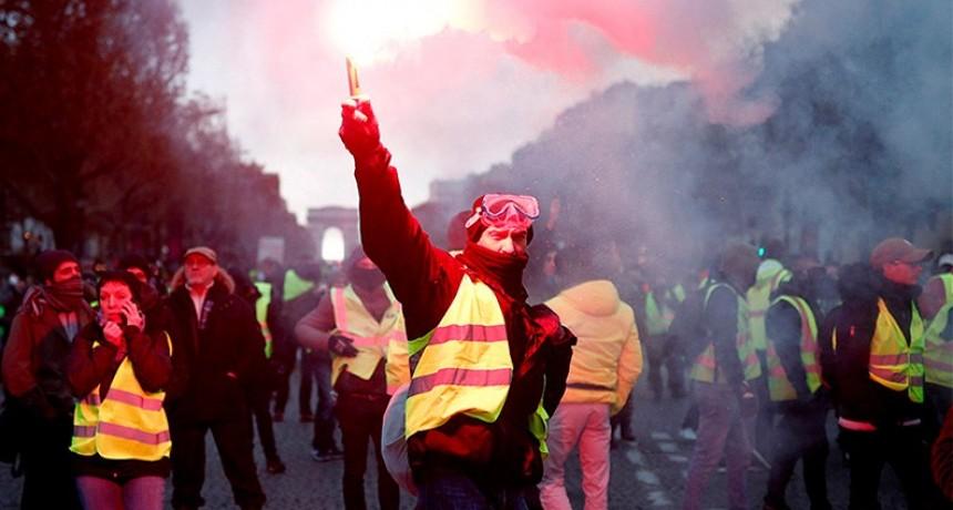Graves incidentes en París en las protestas por el aumento de los combustibles