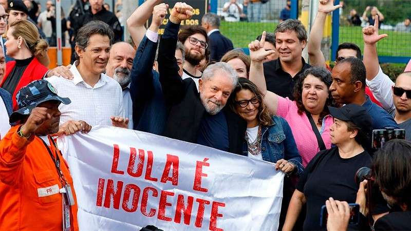 Expresidente de Brasil Lula da Silva sale de prisión tras un año y siete meses
