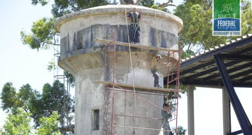 Tareas de restauración en el tanque de agua en el Complejo Polideportivo