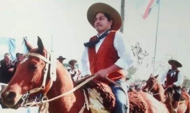 Julio Gallardo, el artesano criollo que viste a los campesinos a caballo