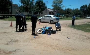 Una moto y un auto protagonizaron un choque