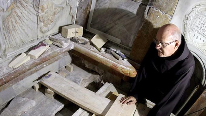 La histórica apertura de la tumba de Cristo deja una inquietante duda