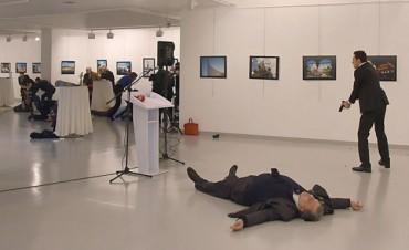 Asesinaron a disparos al embajador ruso en Turquía durante una exposición