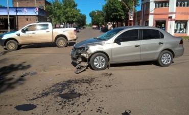 En el amanecer de este domingo accidente entre auto y moto en Avda Belgrano y Donovan.