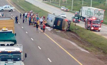 Trágico vuelco de un colectivo cerca de Colón: Dos muertos y decenas de heridos