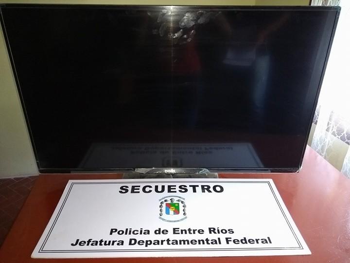 Personal policial de Federal recupero TV que fuera robado