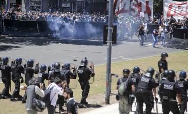 Violenta marcha: manifestantes atacan a policías y dejan un tendal de destrozos en los alrededores del Congreso
