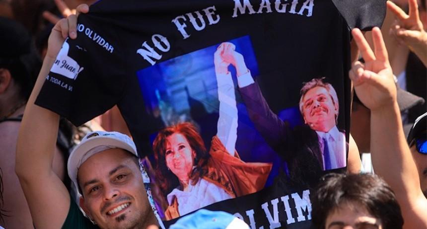 Una plaza cargada de simbología peronista celebró asunción de Alberto y Cristina